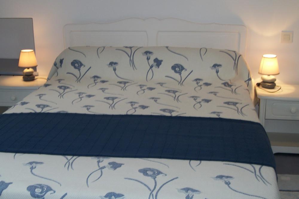 la chambre avec le grand lit