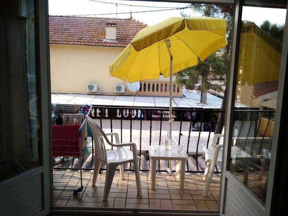 Studio pour 2 personnes avec climatisation et balcon.