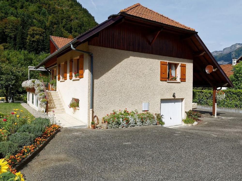 La villa l'été et son fleurissement dans une petite résidence à 600 du centre...