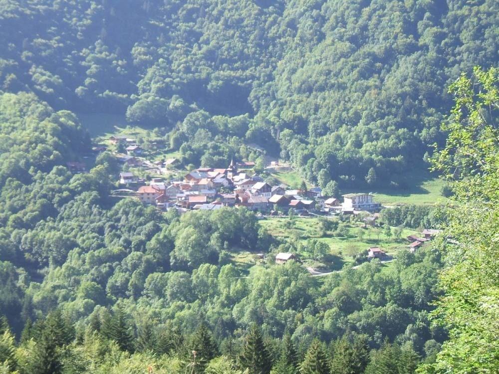 Vue d'ensemble du village en été.