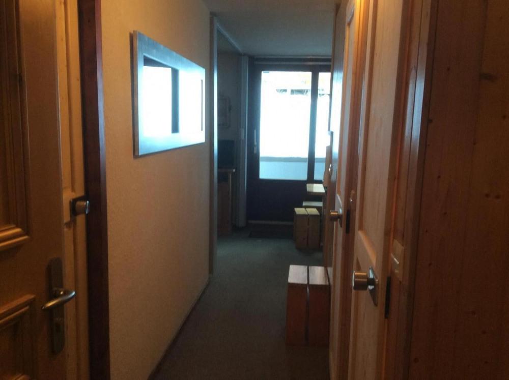 Vous êtes dedans : chambre cabine à gauche, séj. en face, wc, salle d' eau à gau