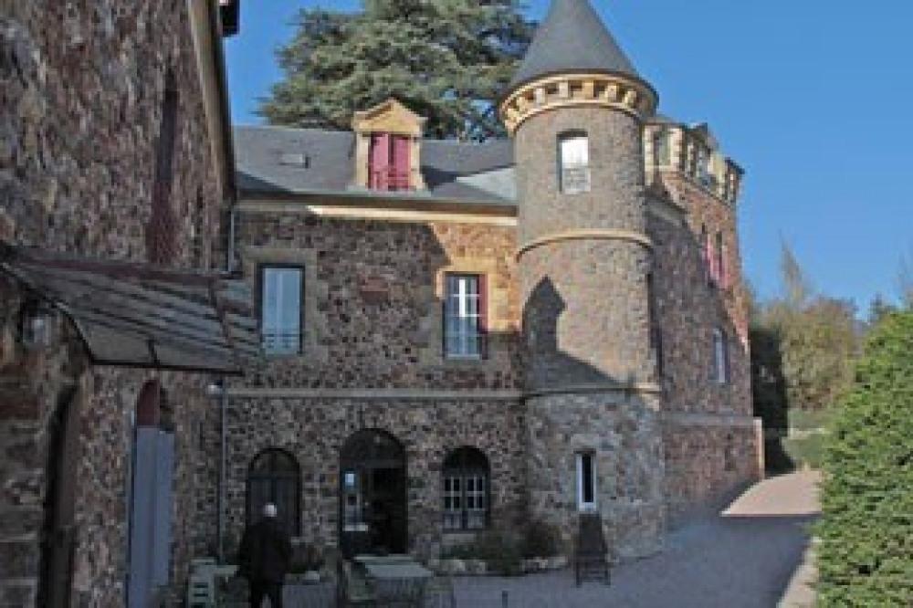 Martine et Jean-Pierre vous reçoivent dans leur drôle de « Château »… Le « Castel des Cèdres » fû...