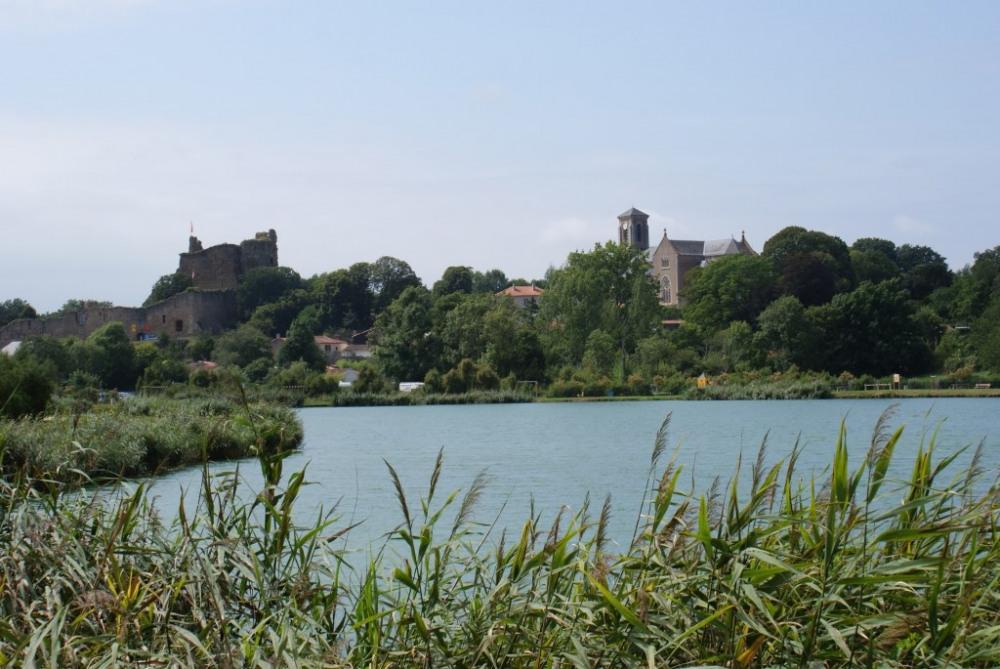 le château de Richard-Cœur-de-Lion et l'Eglise de St Pierre