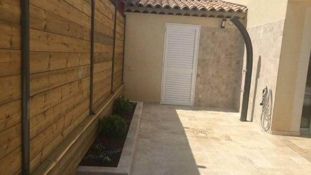 douche extérieure et porte chambre RDC