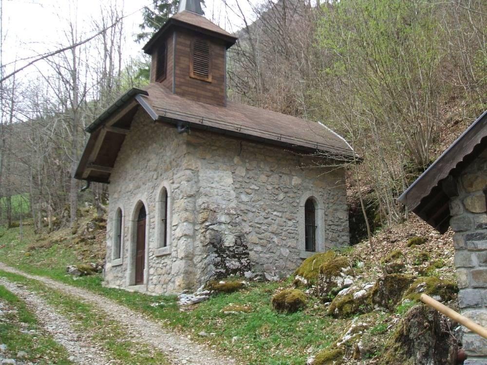 chapelle des bergers, 5 minutes à pied, direction 'la planche'.