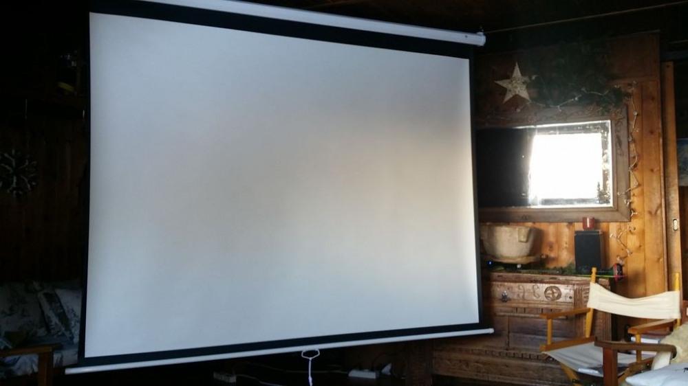 Le salon se transforme en salle de cinéma avec écran géant, vidéo projecteur