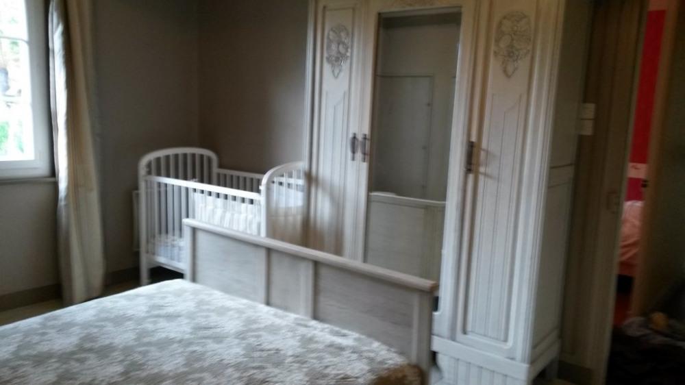 Chambre avec un lit double et lit bébé