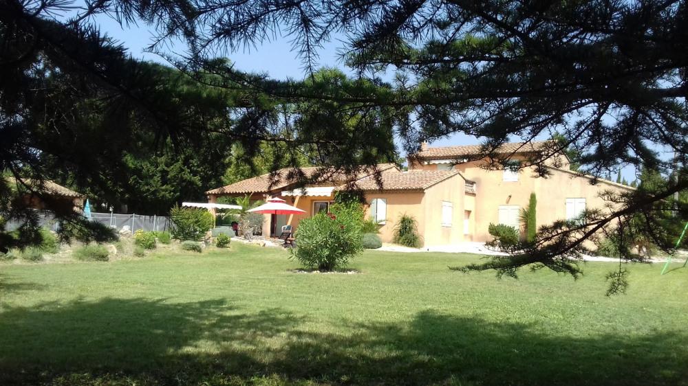 L'ISLE SUR LA SORGUE   Villa spacieuse de  240 m2 avec 5 chambres 3 salle de bain et 3 WC.