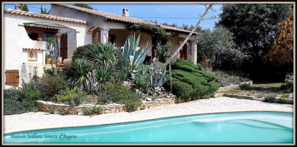 Villa provençale de plain-pied pour 6 personnes 120 m2 avec piscine entre mer et arrière pays varois, terrain de 1800 m2