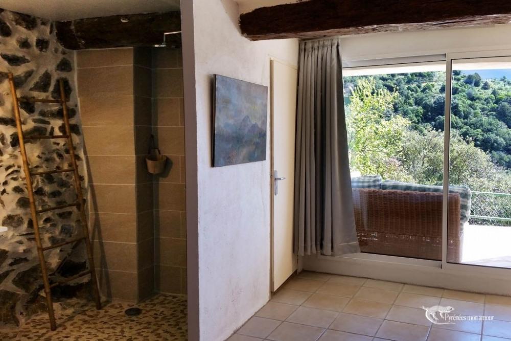 douche à l'italienne dans la chambre et vue sur le paysage