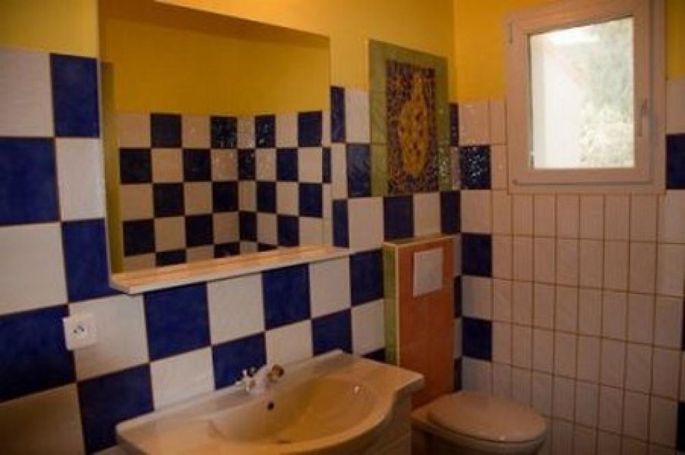 Salle de bain avec douche et wc privé