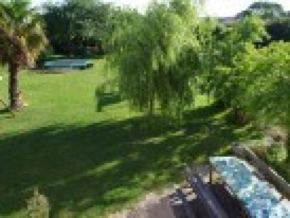 Grand jardin avec trampoline, BBQ, filet de badminton...feront votre bonheur!