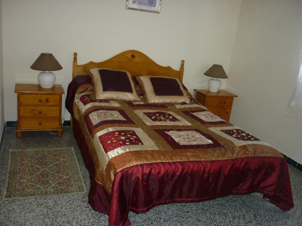 chambre avec grand lit et placard et 2 fenêtres
