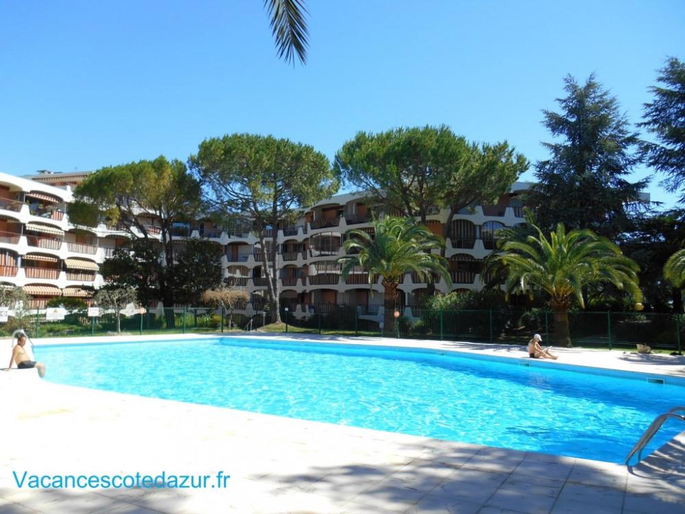 Meublé de tourisme classé 3 étoiles, vue jardin et piscine