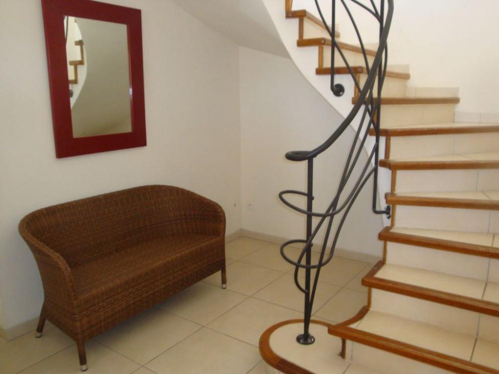 Escalier alliant classique et modernité à l'image de toute la villa