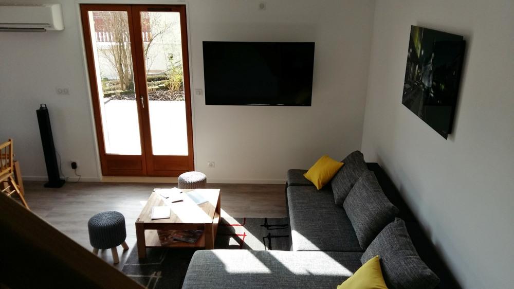 espace salon avec TV 140cm + bar de sons