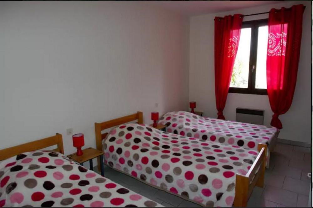 chambre 4 à l'étage placard mural et penderie de rangement