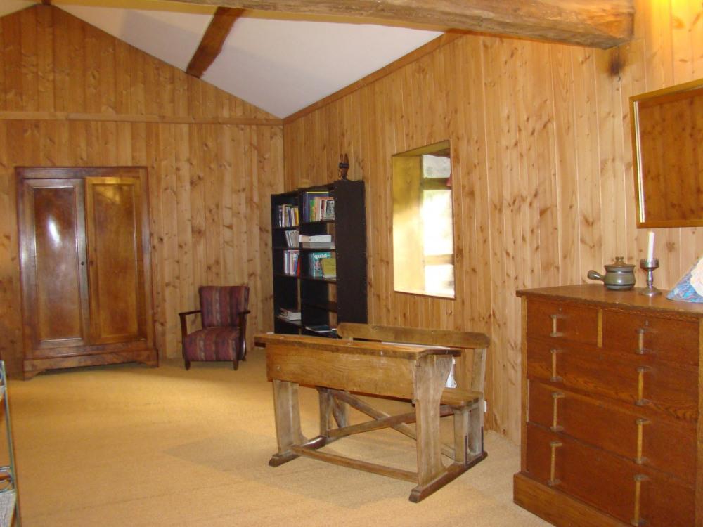 La grande salle de détente de l'étage avec son coin lit du Gite Rural à Royères