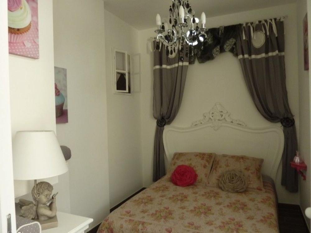Chambre lit 140, houses de protection et taies d'oreiller changées et propres
