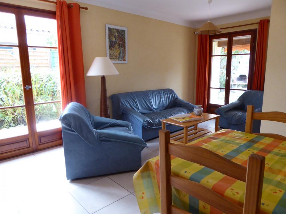séjour salon avec 2 baies vitrées donnant sur le jardin et la terrasse