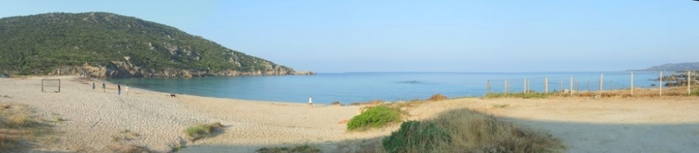 La plage de sable fin de Tizzano dans la douceur matinale
