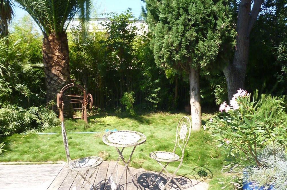 le jardin et sa petite table en fer forgée