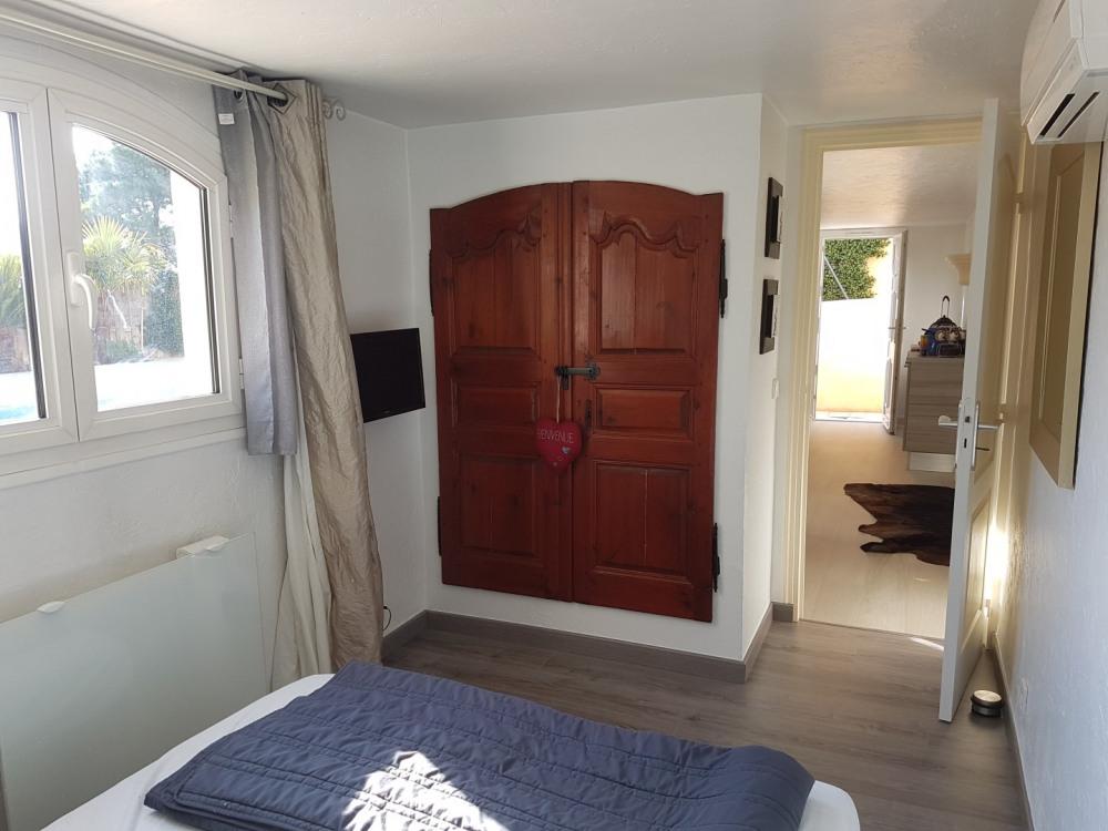 La chambre avec  son placard et sa climatisation