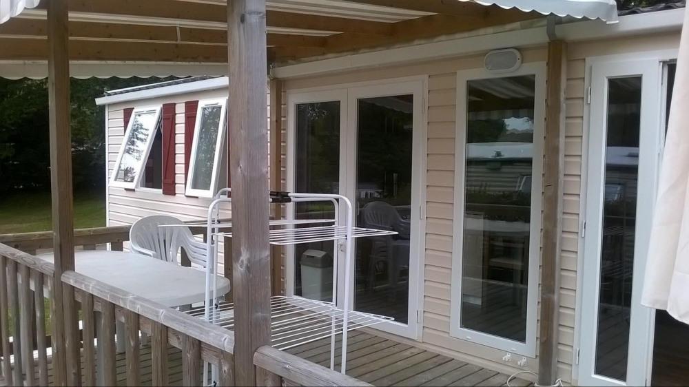 Mobil home lumineux et terrasse semi-couverte avec accès par plan incliné