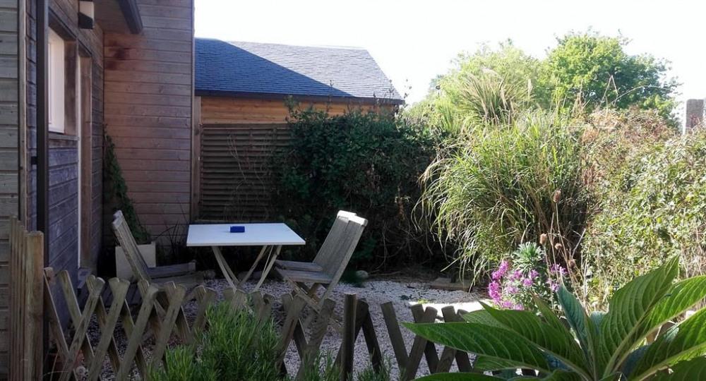 le petit coin jardin avec  table et chaises de jar