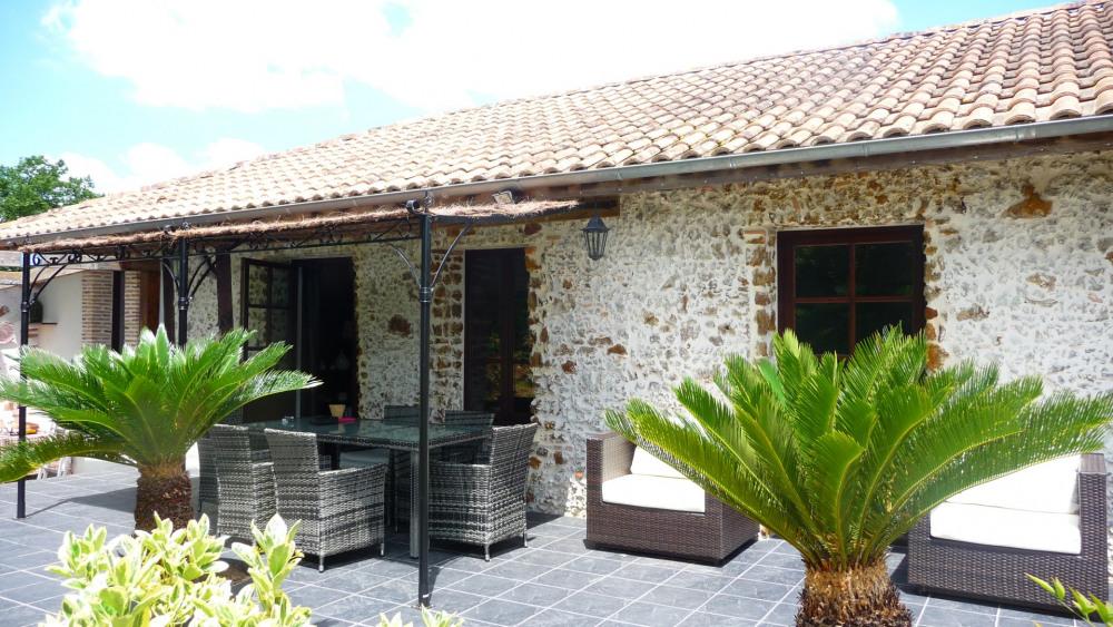Charmante maison de caractère au calme dans son écrin de verdure de 3200 m2 clos - piscine privée 4x10 - 2 à 6 personnes