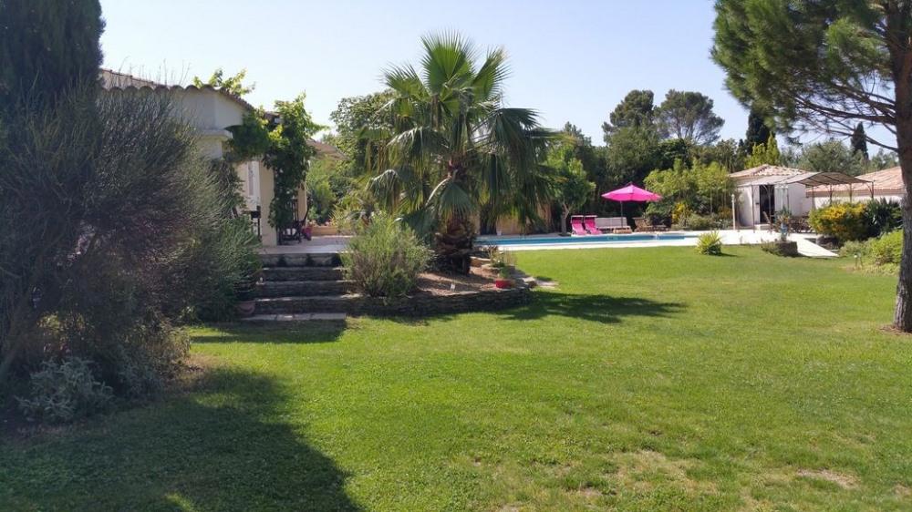 Villa traditionnelle avec piscine sur grand terrain paysagé,arboré en collline