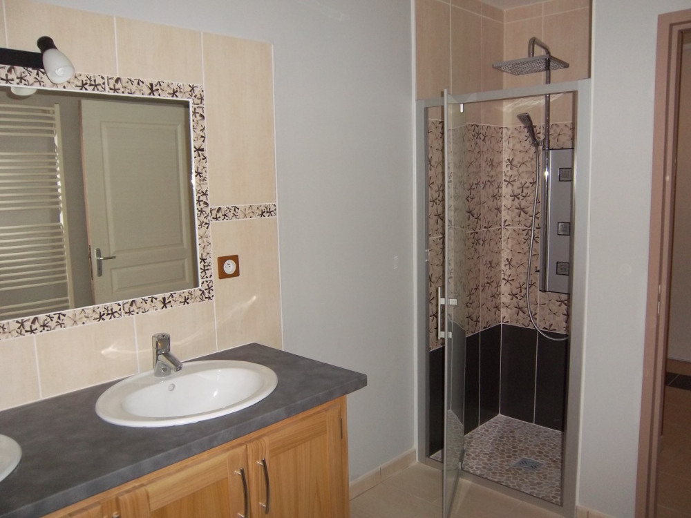 Salle de douche avec double vasques