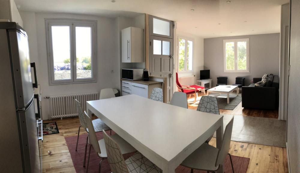 cuisine et salon très lumineux toute la journée