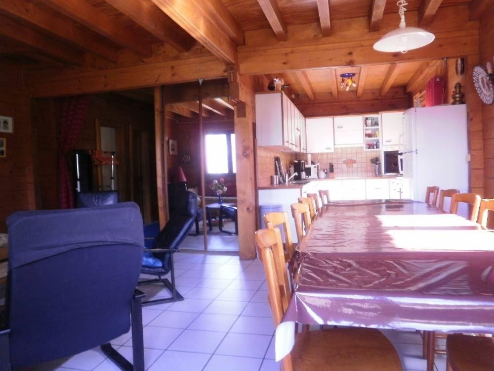 Salle à manger, au fond la cuisine. Table en noyer. autres nappes au choix !