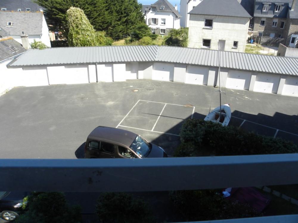 Vue sur parking privatif (un emplacement réservé); accès par télécommande