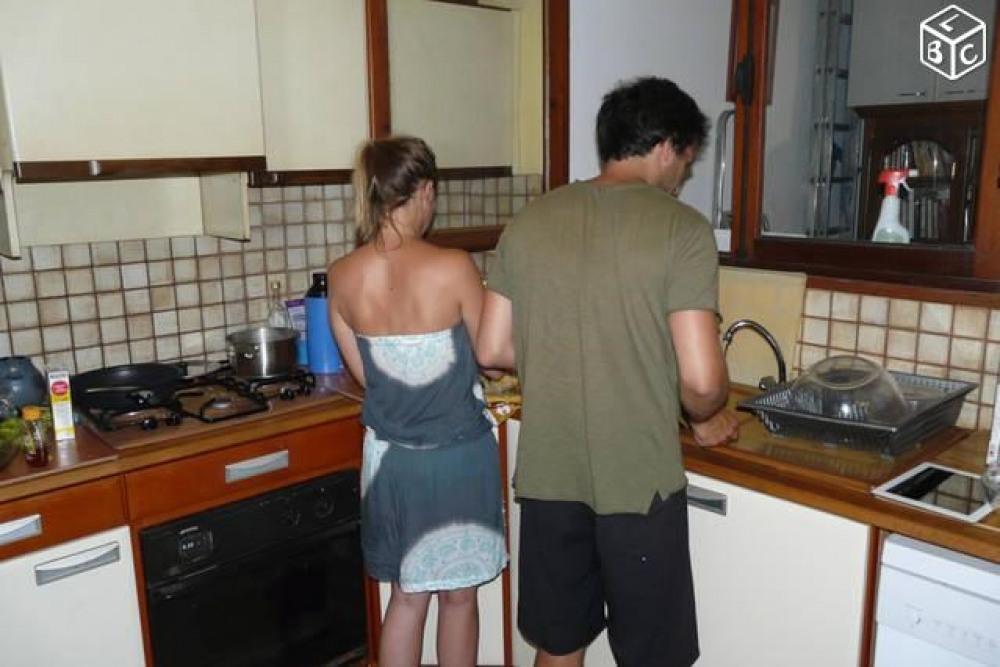 On s'affaire dans la cuisine