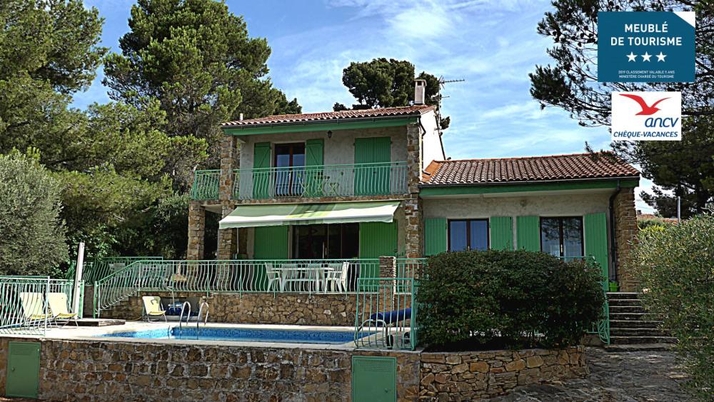 La villa et sa piscine dans son écrin de verdure