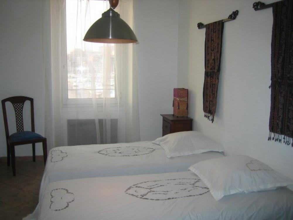 Chambre de l'appartement Vieux Port Marseille vue mer