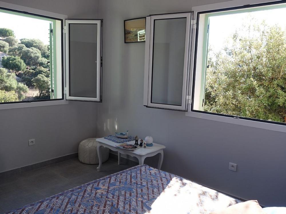 chaque chambre a deux fenêtres bordées d'arbres. ce qui donne de la fraicheur