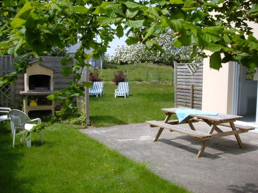 Terrasse communicante avec la salle à manger et donnant sur le jardin, barbec...