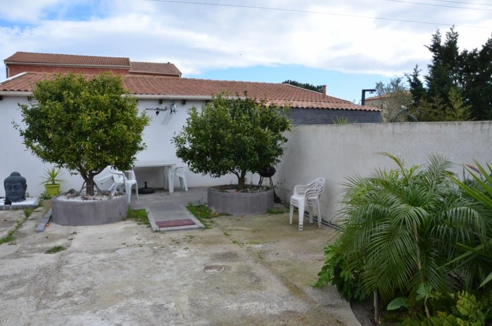 Accès studio , la piscine est à droite derrière le mur.