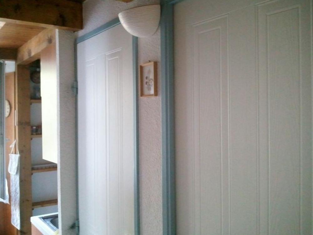 couloir d'entrée du studio avec porte des WC séparés
