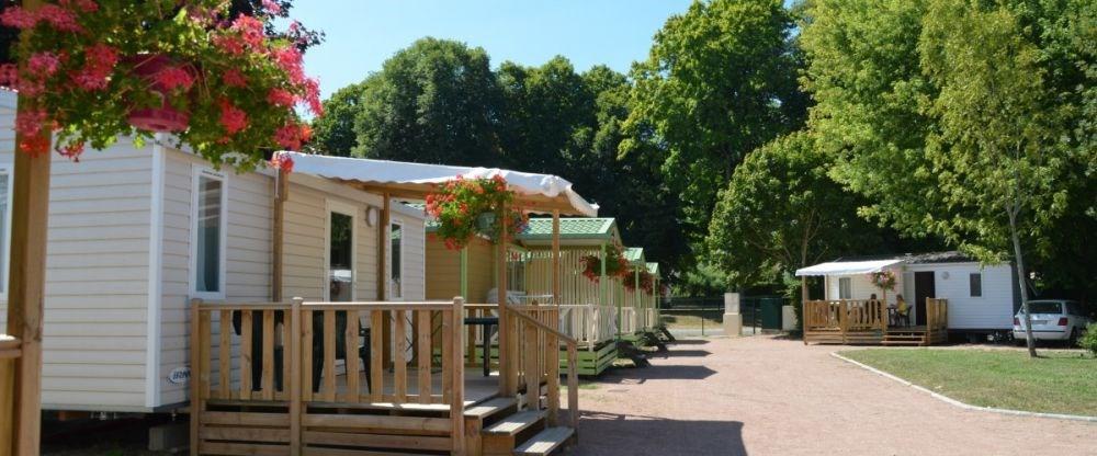 Le camping est idéalement situé en bord de Loire, à proximité du stade nautique et du Canal du Nivernais.