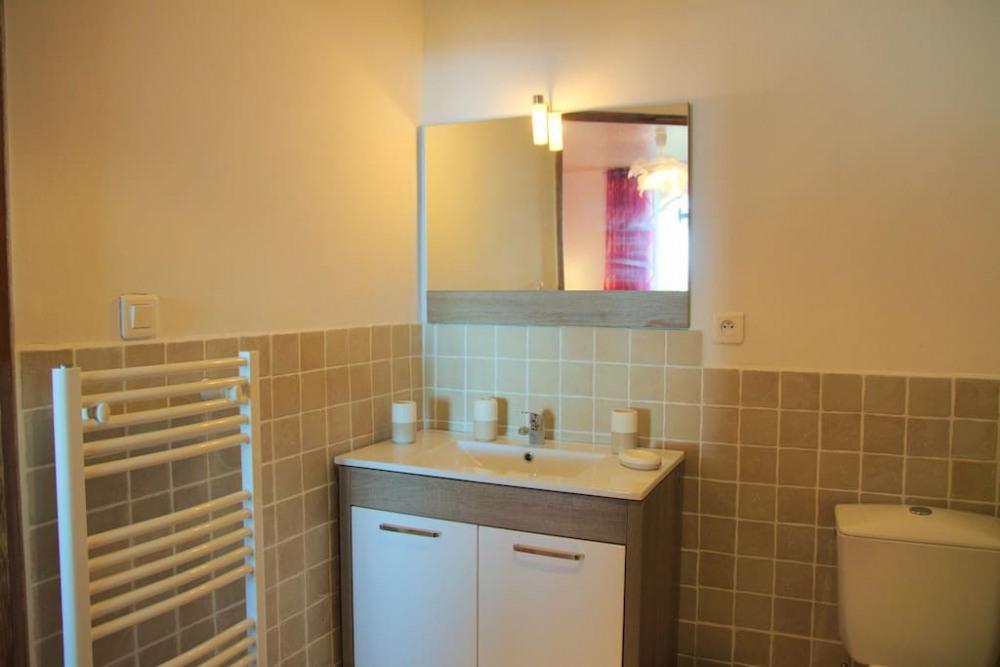 Salle de bain, avec miroir et sèche serviettes