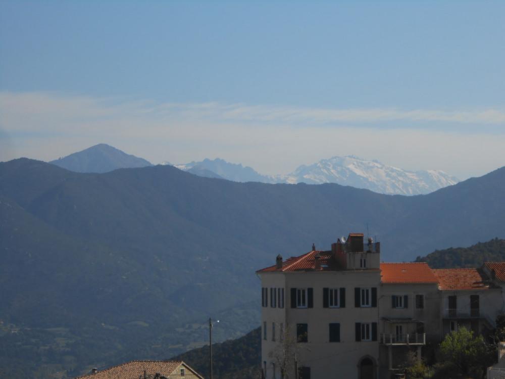 de la terrasse , on voit les montagnes de Vizzavona et de Vergio