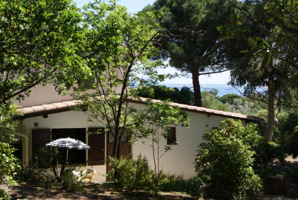 A 2km500 de Saint-Tropez, petit studio à 100m du bord de mer.