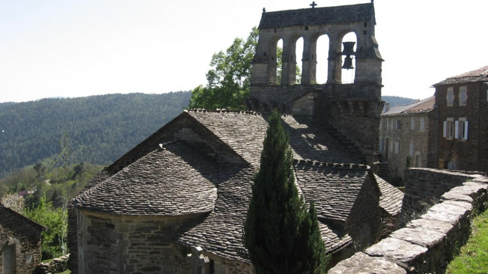 Eglise du XII éme la maison est à droite