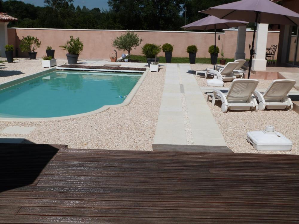 la piscine avec sa terrasse