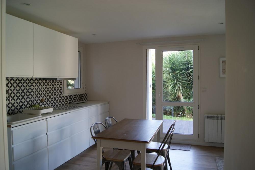 La cuisine est intégrée dans le salon et donne sur la terrasse