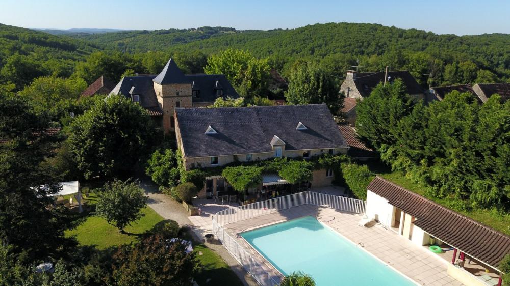 Beau domaine en campagne avec 6 gîtes et chambres d'hôtes, avec piscine, court de tennis, pingpon...